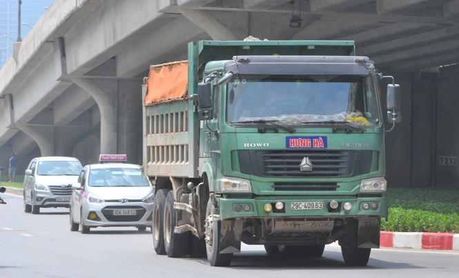 Hai năm qua, lực lượng cảnh sát đã xử lý hàng trăm ngàn xe quá tải vi phạm trên cả nước. Ảnh: Nguyễn Hoàn.