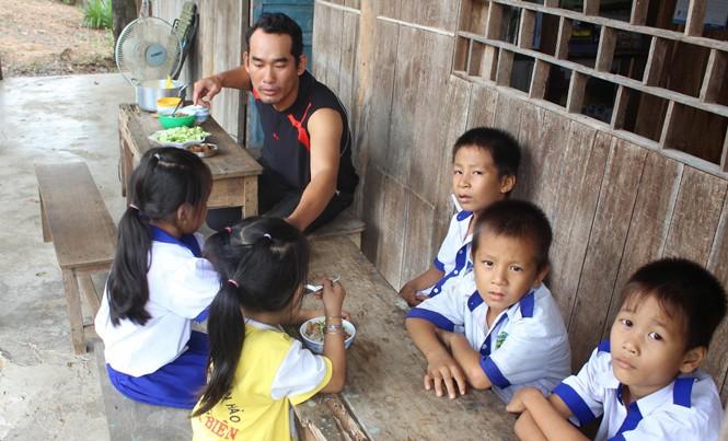 Thầy Nguyễn Quốc Thắng chuẩn bị cơm cho học trò.
