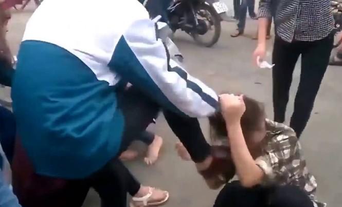 Hình ảnh bạo hành học đường tràn lan trên mạng xã hội. Ảnh: Cắt từ clip.