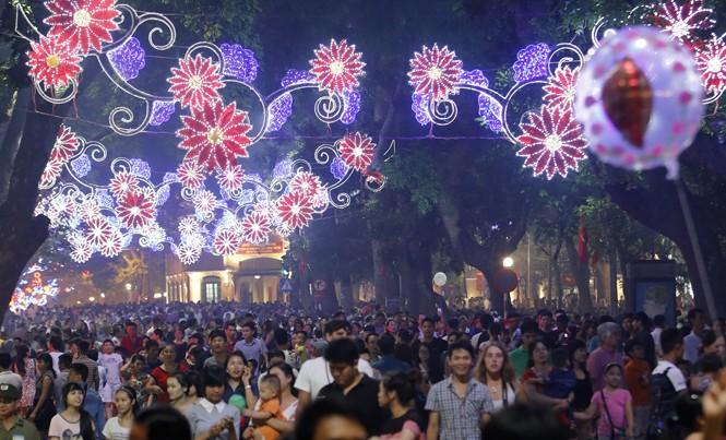 Tình trạng trang trí đường phố Hà Nội nghèo nàn về ý tưởng với các mẫu hoa. Ảnh: Như Ý.
