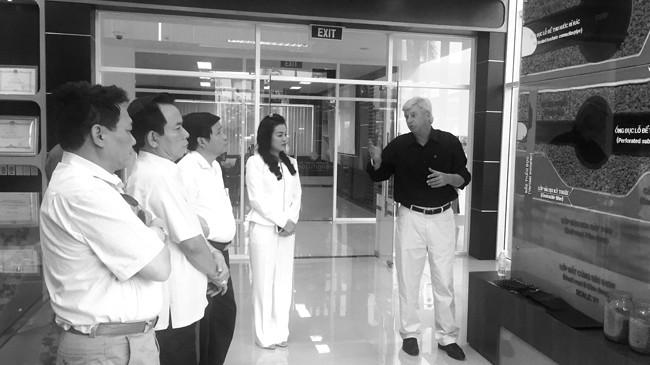 Lãnh đạo TP Hà Nội đang được ông Kevin Moore- Giám đốc điều hành VWS giới thiệu về Khu Liên hợp xử lý chất thải Đa Phước
