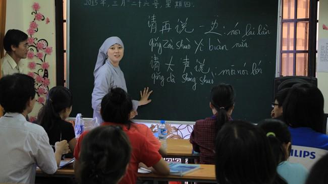 Cô Tuệ Quang đang giảng dạy tiếng Trung