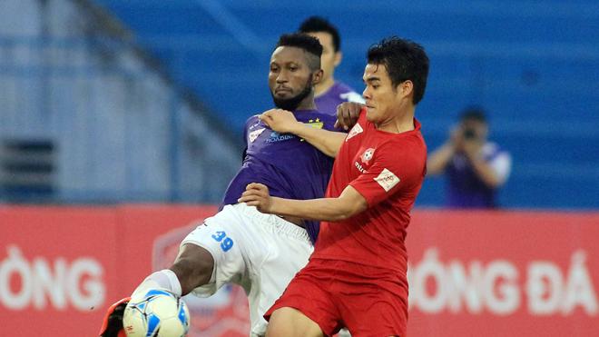 Hoàng Vũ Samson (trái) luôn nằm trong tốp chân sút xuất sắc nhất V-League những năm gần đây song cơ hội đóng góp cho ĐTVN của anh gần như không có do những rào cản ngoài chuyên môn. Ảnh: VSI