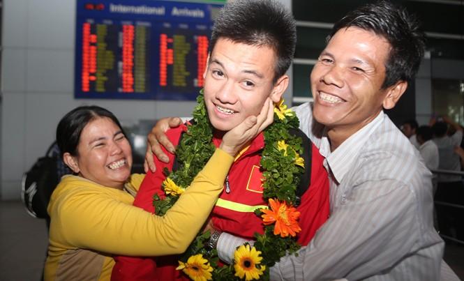 Các cầu thủ U19 Việt Nam trở về trong vòng tay người thân và CĐV sau chiến tích giành vé tham dự FIFA U20 World cup. Ảnh: VSI