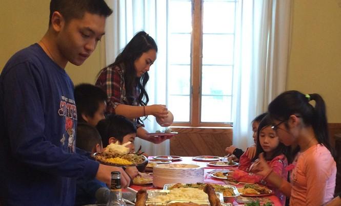 Một bữa ăn sum vầy của gia đình người Việt tại TP Philadelphia