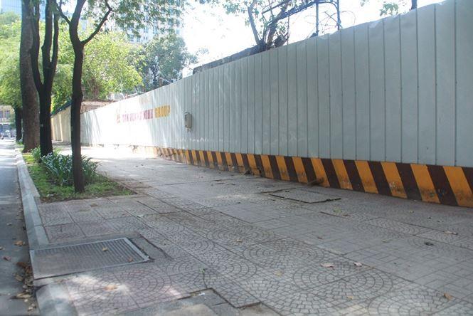 Bãi giữ xe trên đường Nguyễn Du ngưng hoạt động, trả lại lối vỉa hè cho người đi bộ.