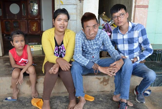 Tài Nam (bên phải) với vợ chồng T