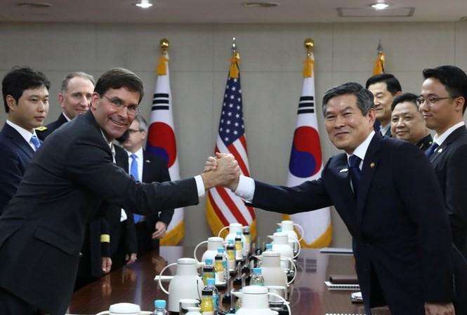 Bộ trưởng Quốc phòng Mỹ Mark Esper (trái) trong cuộc gặp người đồng cấp Hàn Quốc Jeong Kyeong-doo. Ảnh: Yonhap