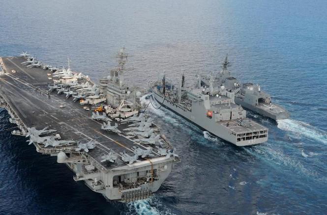 Tàu sân bay Mỹ USS Theodore Roosevelt và tàu khu trục JS Fuyuzuki của Nhật Bản đi cùng tàu hậu cần INS Shakti của Ấn Độ trong tập trận Malabar 2015 Ảnh: CNN