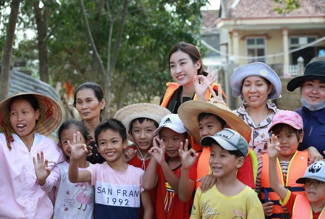 Hoa hậu Đỗ Mỹ Linh trao quà và chụp hình cùng bà con vùng lũ Ảnh: Minh Đức