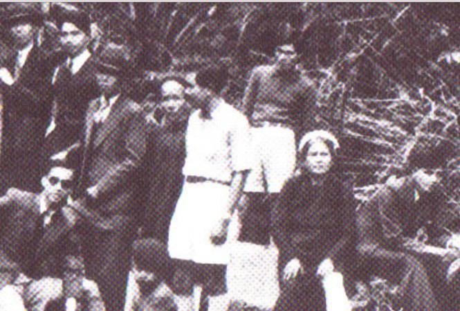 Bà Lê Thị Sâm (ngồi bên phải) và các con trong tòa báo đi thực tế. Ảnh: Tư liệu