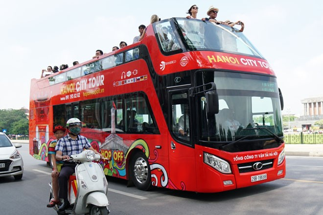 """Du lịch Hà Nội bằng """"siêu"""" xe buýt 2 tầng"""