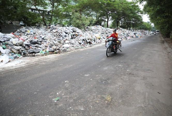 Rác chất đống, bốc mùi hôi thối dài hơn 1km đường Tân Mỹ (Nam Từ Liêm, Hà Nội)