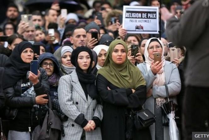 Người Hồi giáo ở Pháp biểu tình phản đối tư tưởng kỳ thị Hồi giáo. Ảnh: Getty Images