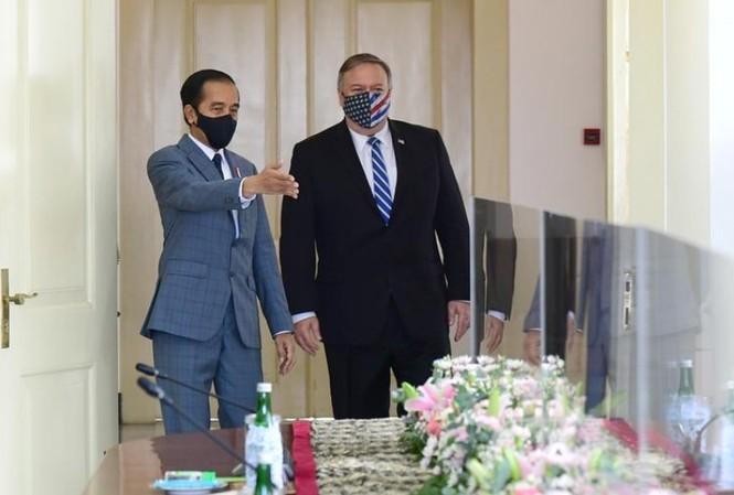 Tổng thống Indonesia Joko Widodo (trái) tiếp Ngoại trưởng Mỹ Mike Pompeo ngày 29/10. Ảnh: Reuters