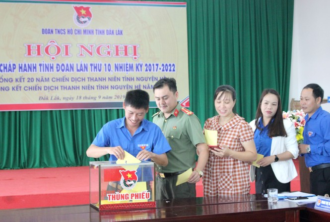 Các đại biểu bỏ phiếu bầu chức danh Bí thư Tỉnh Đoàn mới.
