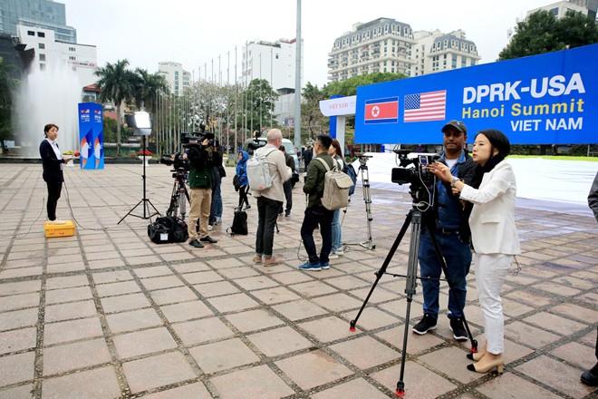 Phóng viên các hãng thông tấn quốc tế đang tác nghiệp tại Hà Nội Ảnh: Hồng Vĩnh