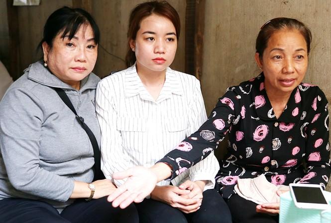 Mẹ Hồ Duy Hải (bên phải), em gái (giữa) và dì ruột của Hải tại cổng TAND Tối cao sáng qua. Ảnh: Vnexpress