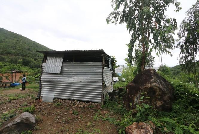 Nhiều người dân xóm Núi đang phải dựng nhà tạm để ở tại khu vực từng sạt lở                             Ảnh: Lữ Hồ