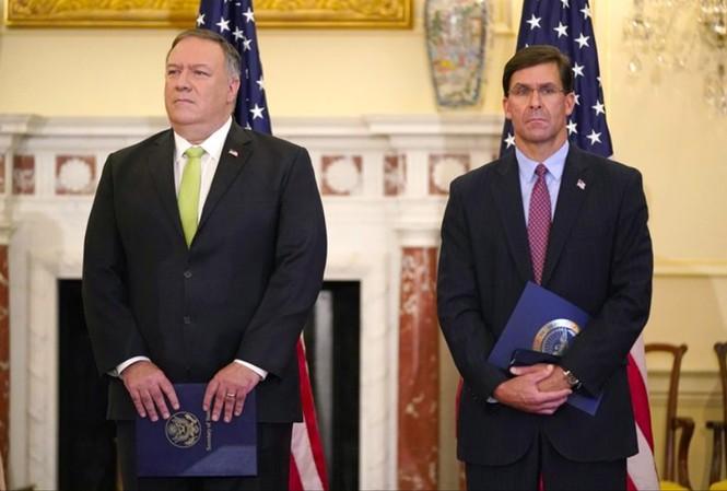 Ngoại trưởng Mỹ Mike Pompeo (trái) và Bộ trưởng Quốc phòng Mark Esper dự một cuộc họp báo tại Washington ngày 21/9        Ảnh: AP