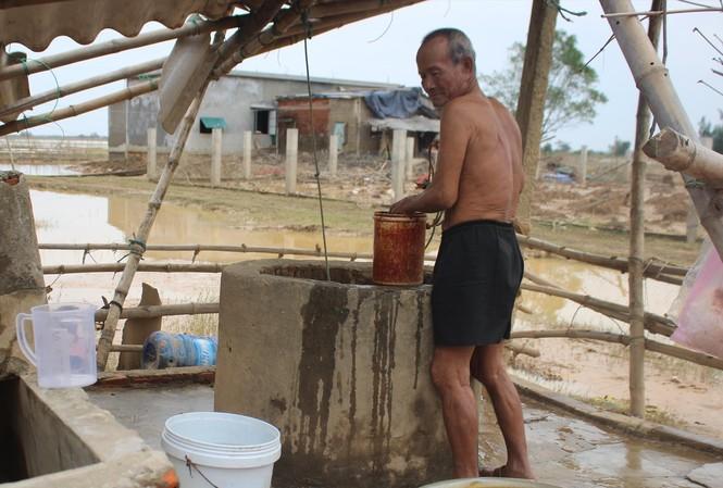 Ông Trương Văn Cường bên giếng nước bị nhiễm phèn và mặn