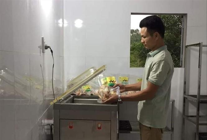 Nguyễn Văn Nhị, Giám đốc Công ty TNHH Phát triển nông nghiệp Nhị Nguyễn đã gây dựng thành công mô hình chăn nuôi gà đồi sinh học                    Ảnh: NVCC