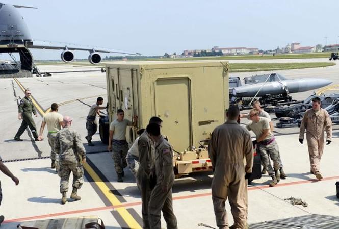 Quân nhân Mỹ chuyển thiết bị quân sự và vũ khí đến căn cứ Aviano, Ý. Ảnh: Reuters