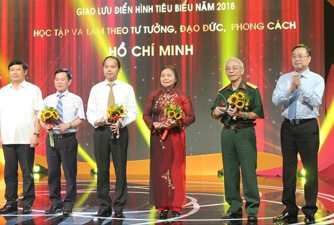 Giao lưu với các điển hình tiêu biểu trong việc học tập và làm theo tư tưởng, đạo đức, phong cách Hồ Chí Minh năm 2018. Ảnh: HMT