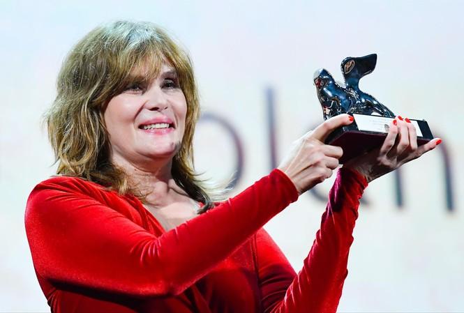Vợ của đạo diễn Roman Polanski-nữ diễn viên Emmanuelle Seigner thay chồng nhận Sư tử Bạc