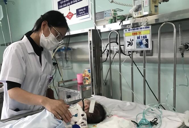 Điều dưỡng chăm sóc trẻ bị viêm đường hô hấp tại Bệnh viện Nhi T.Ư  Ảnh: Th.Hà