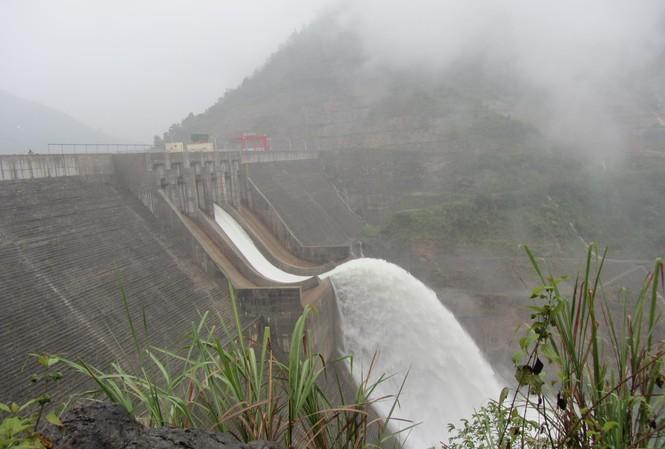 Mỗi lần thủy điện xả lũ, là mỗi lần người dân phía hạ du nơm nớp lo
