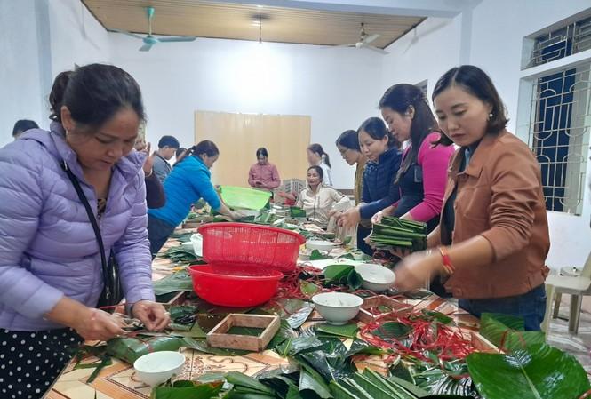 Gói bánh cứu trợ đồng bào miền TrungẢnh: Phan Giang