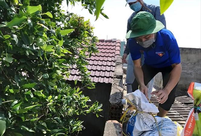 Lực lượng đoàn viên thanh niên hỗ trợ người dân gia cố nhà cửa trước bão số 9 Ảnh: Giang Thanh