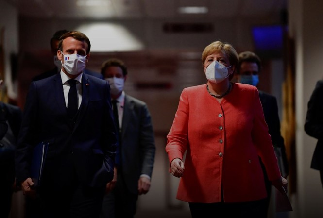 Thủ tướng Đức Angela Merkel và Tổng thống Pháp Emmanuel Macron đến dự cuộc họp báo chung tại trụ sở EU ở Brussels ngày 21/7. Ảnh: Getty