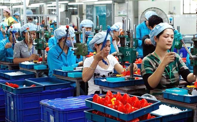 Dây chuyền sản xuất đồ chơi xuất khẩu tại Việt Nam ảnh: hồng vĩnh