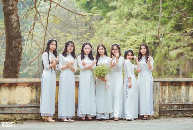 Thu Hà (thứ 3 từ trái sang) cùng các bạn lớp 12 Toán, Trường THPT Chuyên Hùng Vương