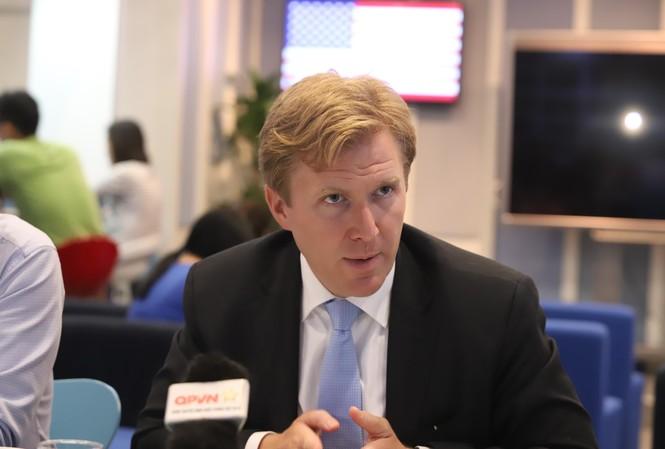 Ông Embridge Colby tại cuộc trao đổi với các phóng viên Việt Nam. Ảnh: VT