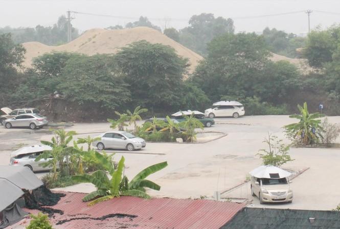 """Bãi xe tập lái không phép tại 132 Nguyễn Xiển nhưng có nhiều xe """"tập lái"""" hoạt động trong sáng 26/8 Ảnh: Anh Trọng"""