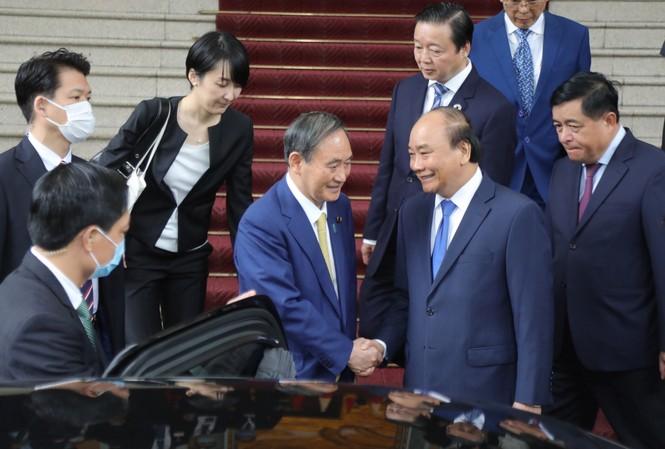 Thủ tướng Nguyễn Xuân Phúc bắt tay Thủ tướng Nhật Bản Suga Yoshihide. Ảnh: Như Ý