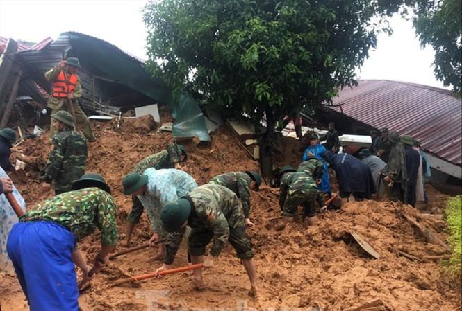 Các chiến sĩ tìm kiếm đồng đội của Đoàn Kinh tế - Quốc phòng 337 (Quân khu 4) bị vùi lấp và mất tích sau sự cố sạt lở đất ở huyện Hướng Hóa, tỉnh Quảng Trị