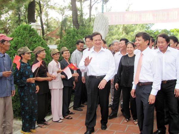 Thủ tướng Nguyễn Tấn Dũng thăm, tặng quà các thanh niên xung phong. Ảnh: HN