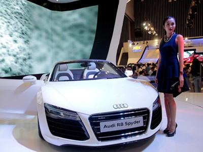 Tăng Thanh Hà cầm lái Audi R8 mui trần