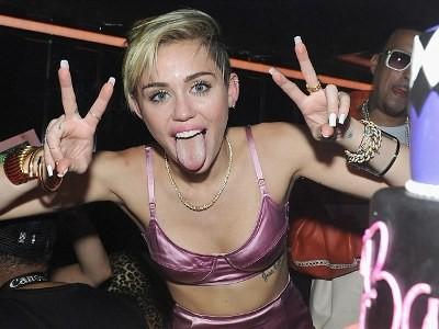 Miley Cyrus diện áo lót đi ra mắt album mới