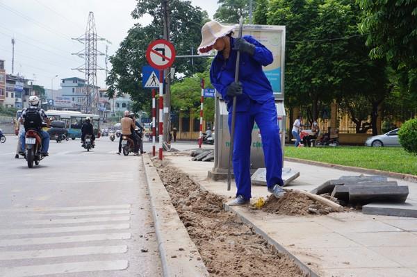 Công nhân của CÔng ty giao thông 3 Hà Nội đang đào vỉa hè
