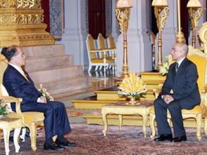 Chủ tịch Quốc hội Nguyễn Sinh Hùng yết kiến Quốc vương Sihamoni. Ảnh: TTXVN