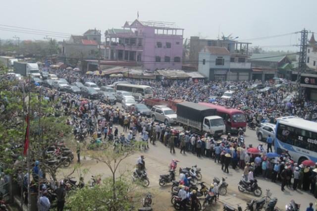 Hàng vạn người tiếp tục đổ về Vũng Chùa
