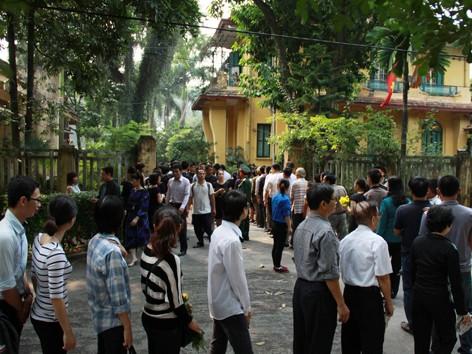 Người dân tới ngôi nhà số 30 Hoàng Diệu, Hà Nội để tưởng niệm Đại tướng Võ Nguyên Giáp Ảnh: công khanh