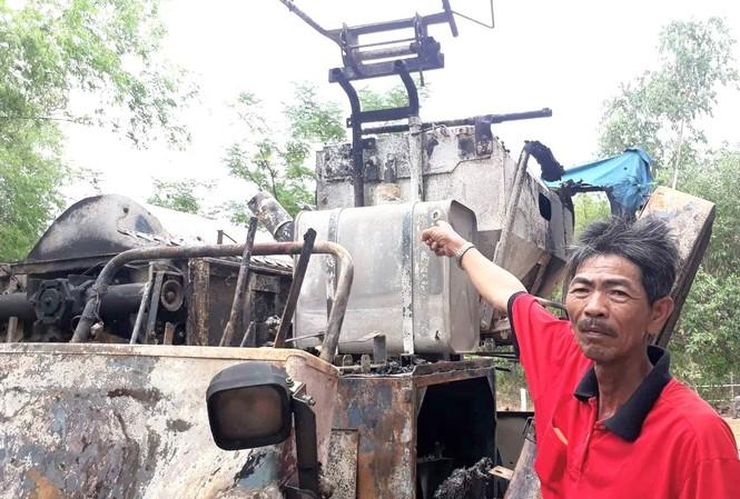 Máy gặt lúa của ông Hồ Ngâu và Trịnh Dơn đang phục vụ mùa gặt ở địa bàn huyện Triệu Phong bị kẻ xấu đốt cháy trơ khung sắt.