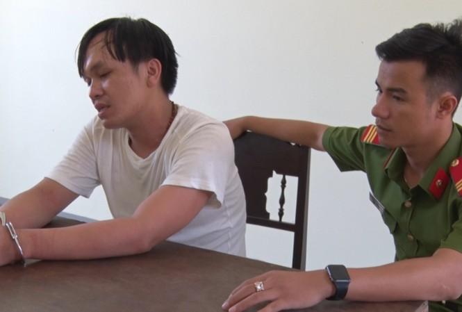 Tài xế Nguyễn Anh Hùng (trái) tại Cơ quan Công an.