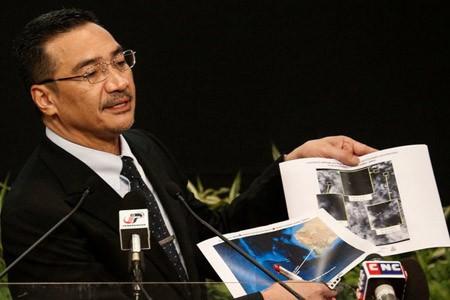 Bộ trưởng Giao thông Malaysia Hishammuddin Hussein công bố hình ảnh do vệ tinh Pháp chụp được.